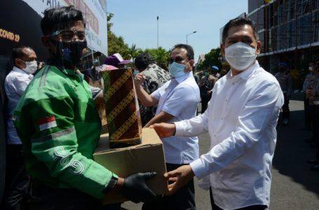 Komisi III DPR Bersama Kapolda Jatim Berikan Bantuan Sembako dan Masker