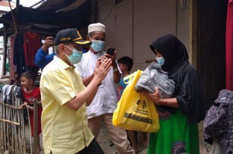 Awali Tahun 2021, Anggota DPR RI Darul Siska Serahkan 800 Paket Sembako Di Mentawai